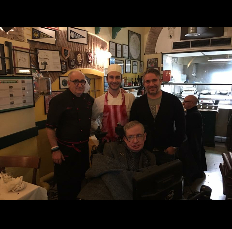 Stephen Hawking, l'omaggio di Moondo, scrutando l'ignoto dopo un piatto di cacio e pepe