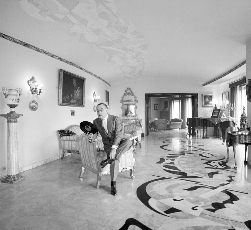 Antonio de Curtis nella sua casa romana, 1956