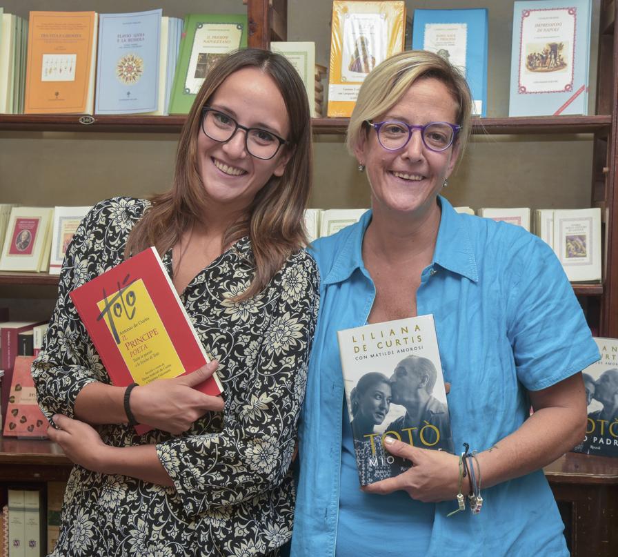 Elena Anticoli de Curtis con l'editrice Francesca Mazzei presso la libreria Colonnese in via San Pierto a Majella - Napoli